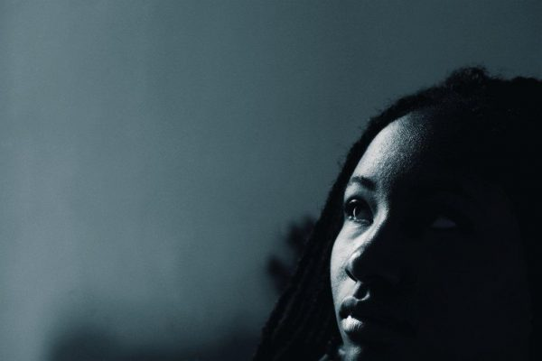 Jeune fille seule dans le noir