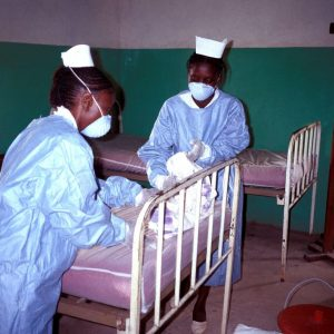 Infirmières en combinaison de protection. Ebola